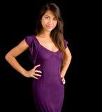 Señora triguena hermosa Posing en una alineada púrpura Foto de archivo libre de regalías
