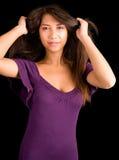 Señora triguena hermosa Posing en una alineada púrpura Fotografía de archivo