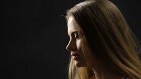 Señora triste que se aparta de la cámara, protección femenina de las derechas, soledad metrajes