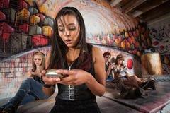 Señora Using Smart Phone Fotografía de archivo libre de regalías