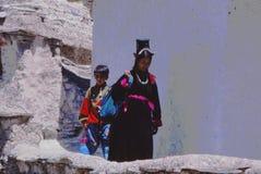 Señora y niño en Ladakh, la India Foto de archivo