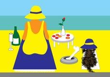 Señora y perro en la playa con comida campestre Imagen de archivo libre de regalías