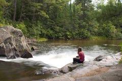 Señora y un río Fotografía de archivo