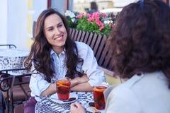Señoras de Beautifel que comunican y que beben té Imágenes de archivo libres de regalías