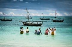 Señoras de la pesca en la isla de Zanzíbar Fotos de archivo