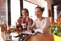 Señoras de los mejores amigos en café Imagen de archivo