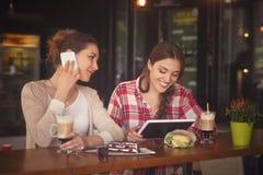 Señoras de los mejores amigos en café Fotografía de archivo libre de regalías