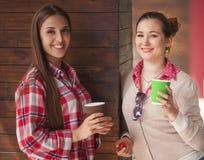 Señoras de los mejores amigos en café Fotos de archivo
