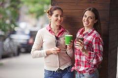 Señoras de los mejores amigos en café Imagenes de archivo