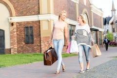 Señoras de moda que caminan con los paquetes de la tienda Foto de archivo