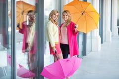 Señoras elegantes con los paraguas coloridos Imagen de archivo