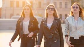 Señoras elegantes confiadas de la forma de vida urbana en el centro de la ciudad almacen de metraje de vídeo