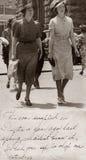 Señoras hacia fuera que hacen compras Fotografía de archivo