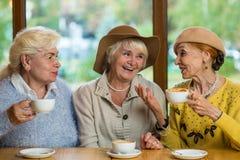 Señoras mayores en la sonrisa del café Fotografía de archivo