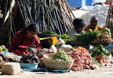 Señoras pobres de una India en calle Fotos de archivo