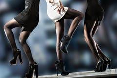 Señoras que bailan en contador de la barra Foto de archivo