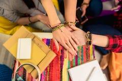 Señoras que guardan las manos juntas en casa imágenes de archivo libres de regalías
