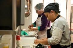 Señoras que preparan la comida mexicana tradicional agradable en Leonardo, restaurante famoso de Ensenada imagen de archivo