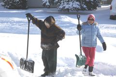 Señoras que traspalan nieve fotos de archivo libres de regalías