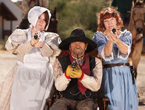 Señoras y vaquero armados en sillón de ruedas Fotografía de archivo libre de regalías