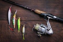 Señuelos artificiales para la opinión superior de la pesca y de giro imagenes de archivo