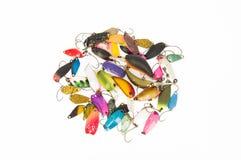 Señuelos multicolores, cucharas y cebo duro (enchufes de la pesca) Imagen de archivo libre de regalías