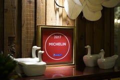 Seúl, Corea del Sur - 19 de enero de 2019: Michelin Plaque 2017 en el restaurante asiático imagen de archivo