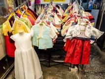 Seúl, Corea del Sur - 21 de junio de 2017: Ropa coreana tradicional - hanbok en el mercado de Gwangjang en Seúl imagen de archivo