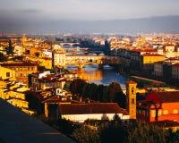 Se östligt längs Arnoen på Ponte Vecchio, Florence, Italien arkivbild
