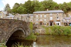 Se över floden Colwyn på gästgivargården för prins LLewelyn arkivfoton