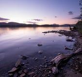 Se över Loch Lomond in mot Ben Lomond i aftonen Royaltyfri Fotografi