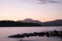Se över Loch Lomond in mot Ben Lomond i aftonen Arkivfoto