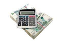 Se aísla la calculadora miente en paquetes de las notas rusas de la mil-rublo, Imagenes de archivo