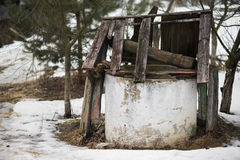Se abandona bien la capa dañada en medio de la casa deshabitada de la corte Fotografía de archivo libre de regalías