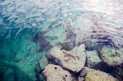 Se abstrakt bakgrund för vatten med stenar i djuphet Arkivbild