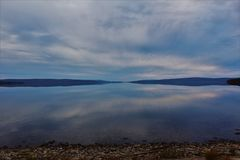 Se across på den motsatta kusten av sjön Ainslie på en lugna höstdag på uddeBretonön arkivfoton