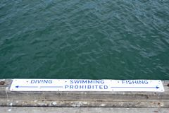 Se?al de peligro para el salto, la nataci?n y la pesca fotografía de archivo