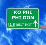 Se?al de tr?fico de PHI PHI DON del knock-out contra el cielo azul claro foto de archivo