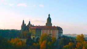 Se?al famosa del castillo de Wawel en Krak?w Polonia Paisaje pintoresco en el r?o V?stula de la costa Puesta del sol del oto?o co fotografía de archivo