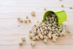 Se alinean las nueces de pistacho Foto de archivo