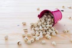 Se alinean las nueces de pistacho Fotos de archivo libres de regalías