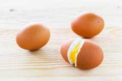 Se alinean los huevos hervidos, tres huevos Foto de archivo libre de regalías
