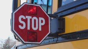 Se apaga la paleta de la parada de autobús escolar almacen de metraje de vídeo