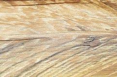 Se av antikt trä av ljus färg i en trävägg Arkivfoton