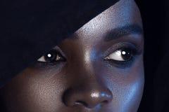 Se av ung härlig svart kvinna med perfekta hudclos för rengöring fotografering för bildbyråer