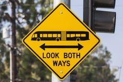 Se båda vägar buss och spårvagnvarningstecknet Royaltyfri Fotografi