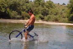 Se baigner avec le vélo photos libres de droits