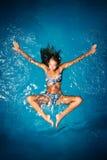 Se baigner dans le bleu. Images libres de droits