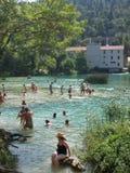 Se baigner dans un fleuve Images libres de droits