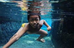 Se baigner en rivière Photographie stock libre de droits